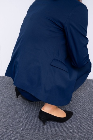 女性用のジャケット丈は、「かがむと背中が見えるのはイヤ」という声を取り入れて設計した