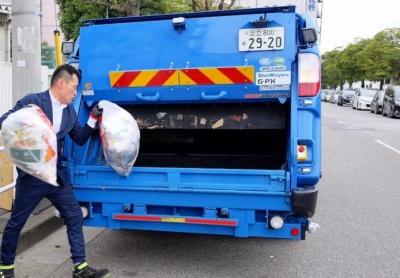 ゴミ回収業者(エール)のワークウェアスーツ採用例(画像提供:オアシススタイルウェア)