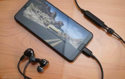 P20 Proはイヤホンによるドルビーアトモス再生にも対応。シュアのUSBデジタル接続対応のリケーブル「RMCE-USB」にAZLAのイヤホン「Horizon」を接続して再生をチェックした