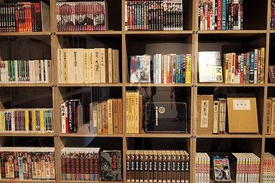 ズラリと並ぶ忍者関係の本やDVD。マンガも歴史書も横並びに展示されている