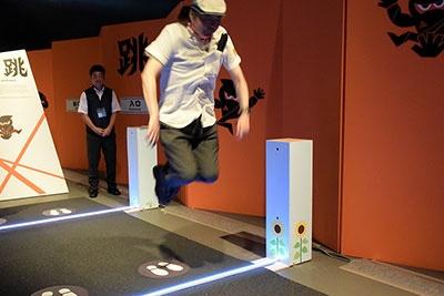 跳ぶ力を鍛える修業「ヒマワリを跳び越えろ!」を体験。この写真は2段階目なので、どうにかクリアできたが、3段階目は筆者には厳しい高さだった