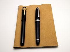 使用時は、上に筆記具を載せてペントレイのようにすると、筆記具が転がらず、傷などもつきにくい