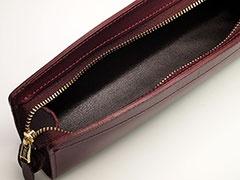 革の品質、縫製も見事。内装には合皮を貼って、筆記具を取り出しやすくしてある。収納量のわりにコンパクトに見えるのもポイント