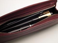 筆記具は約14本収納可能。大きく開く開口部は中の見通しも良く、出し入れもスムーズ