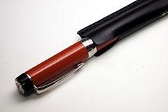 パーカーの「デュオフォールド ビッグレッド」くらいの万年筆も収納可能