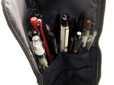 平たい形状ながら、中には約15本ものペンを収納可能。幅があるのでハサミなども収納できる