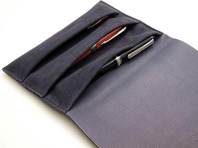 フラップを開くと、ペンを挿し込むポケットが3つ用意されている