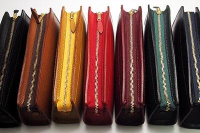 カラーバリエーションは、左からブラック、ブラウン、キャメル、レッド、ワイン、グリーン、ネイビーの7色