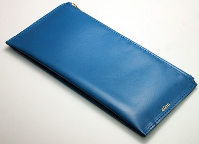 """ロンド工房「<a href=""""http://www.dunn.jp/items/3260259"""" target=""""_blank"""">dunn passport & pen case</a>」(7344円)。サイズはH92×W206×D2mm、重さ30g"""