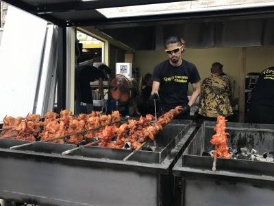チキンを一羽まるごと開いて串に刺し、回転させながら炭火で焼き上げるのが「フリフリチキン」