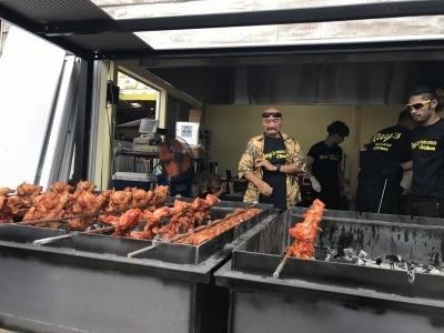 スタッフに焼き方を指導する創業者のレイ・タントグ氏
