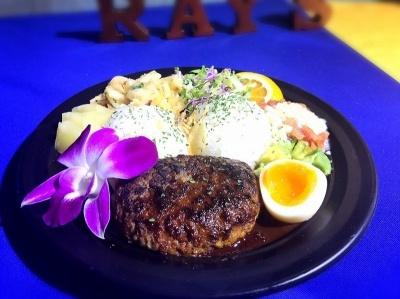 ほんのり甘いグレービーソースとハンバーグが人気の「ロコモコボウル」(1400円)