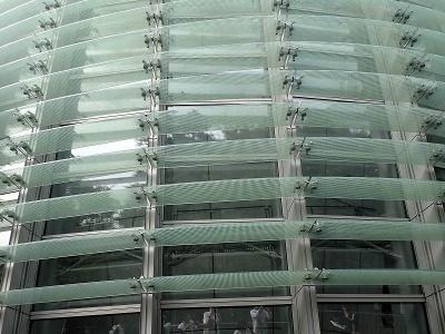 東京・六本木にある国立新美術館。ロビーは一面、このガラスの壁に覆われている。通称ガラスカーテンウォール