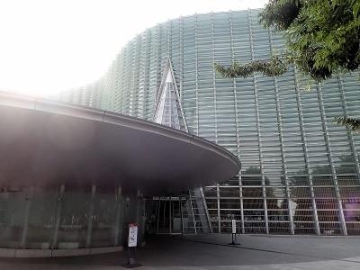 美術館入り口にあたる円すい形のデザインは、入り口を分かりやすくするためのもの。円すい形は黒川紀章氏の得意とするモチーフでもある。手前の円板状の建物は、何と傘立てのためのスペースである。傘立てがずらりと並ぶ