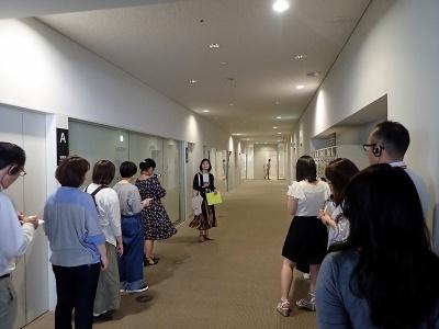 左側に研修室、突き当たりが講堂だ