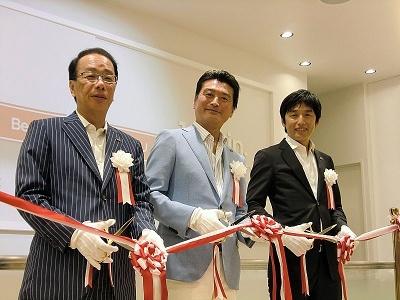 左から、マツモトキヨシの大田貴雄社長、マツモトキヨシホールディングスの松本清雄社長、松本貴志常務
