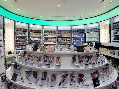 店舗一階奥のブランド化粧品コーナー。手前には自由に使えるトライアルコーナーもある