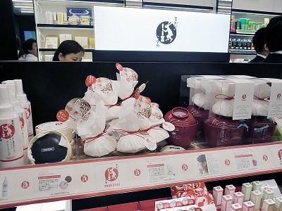「まかないこすめ」はこんにゃく100%の洗顔スポンジや日本酒を使った化粧品が人気のブランド。羽田空港国際線ターミナルにも店舗があり、海外への土産として使う人も多い