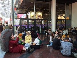 会場のいたるところでピクニックが始まる! 館内にはレストラン、ファストフード店、サンドイッチ屋があり、たくさんの日本食の出店があるにもかかわらず