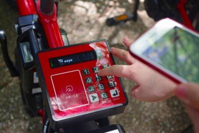 おサイフケータイやICカードを鍵代わりにする場合、初回は会員情報との紐づけが必要。自転車の後ろについている機械を操作して「START」>「ENTER」の順にボタンを押し、メールで届いた8桁の会員証登録番号を入力する