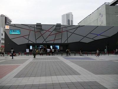 VRアトラクションを中心にしたアミューズメント施設「VR ZONE SHINJUKU」。夜間は外観をプロジェクションマッピングで彩る