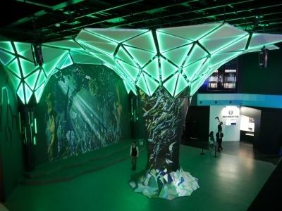 センターコアの木と壁には色々な景色が映される