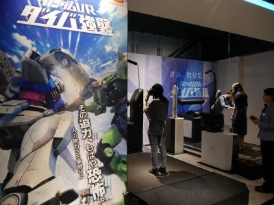 ザクとガンダムの戦いに巻き込まれる「ガンダム VR ダイバ強襲」。ガンダムの手に乗って戦いの行方を目撃する