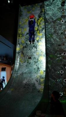 垂直に近い状態で落下する「バーチャルリゾートアクティビティ ナイアガラドロップ」。怖さに耐え切れず、吊り上げられる途中で手を離してしまう人も