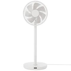 無印良品が2016年4月に発表したDC扇風機「MJ-EFDC1」(価格3万2000円)。左右180度に加えて上下100度に自動で首を振る。中間ポールを外せば高さを調節でき、サーキュレーターとしても活躍
