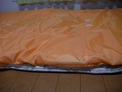 敷きふとんが下にあり、上のふとんはすっぽりと乾燥マットに包まれている