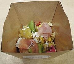 キウイフルーツ2種類にショートパスタ、生ハム、タコ、とうもろこしなどと和えた「スーパーサラダ」