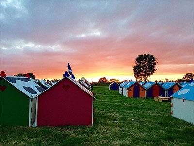 グラストンベリー・フェスティバルに登場した、4000人収容できるテント施設「Worthy View」。Beautiful Sunset at Worthy View (c) Andrew Shroff / glastonburyfestivals.co.uk