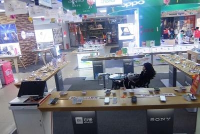 家電量販店の携帯電話フロア。最近はネットと店頭の価格差がなくなった