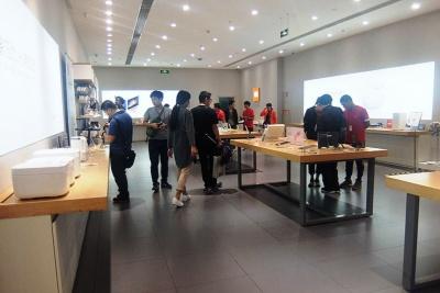 白いスマート家電とスマートフォンをコンセプトにしたシャオミの店舗