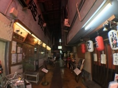 3個1500円クラスの広角レンズで撮影。昭和っぽいアーケードの飲み屋街も広々と写せた。旅行やレジャーには1つ持っていきたい外付けレンズだ