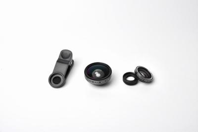 ネット通販などでは、魚眼レンズ、マクロレンズ、広角レンズの3個セットで1400~2000円前後の製品がよくある。今回はアマゾンで購入したTaoTronicsの「TaoTronics 3in1クリップ式カメラレンズセット」。1599円(税込み)
