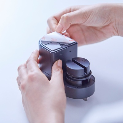 ドアへの取り付けには両面テープを使用。こちらは定期的に貼り直さないと剥がれ落ちる可能性がある