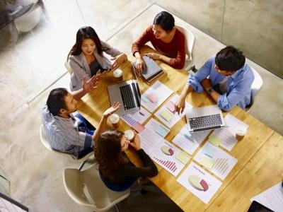 若者活用の基本は、チーム単位のプロジェクトを組むこと(写真/Shutterstock)