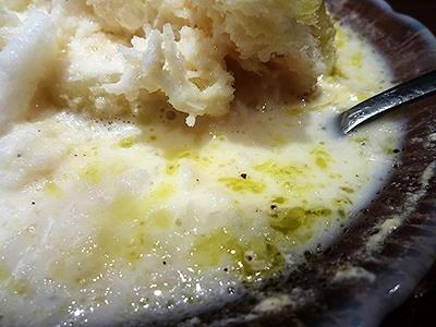 桃のカルボナーラは溶け始めて練乳・オリーブオイル・黒コショウが混じり合うと、カルボナーラの風味にさらに近くなる
