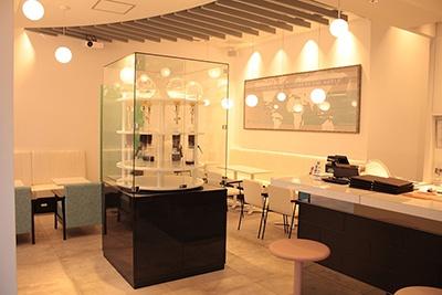 「SNOW BEANS COFFEE」(品川区北品川5-3-1 パークシティ大崎ザ タワー1階)。営業時間は月~金が7時半〜22時、土・日が7時半~22時。総席数37席 (店内29席 、テラス8席)。フロア中央のダッチコーヒー用に特注した回転家具とドリップサーバー6基が目を引く