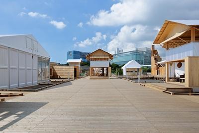 お台場の青海駅前の特設会場に、13の企業とデザイナーや建築家などのクリエイターとが組んで、12のエキシビションハウスを作った