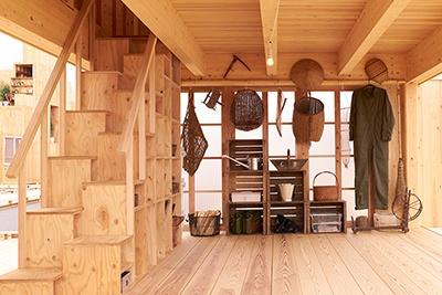 無印良品とアトリエ・ワンによる「棚田オフィス」は、柱と梁を強靱に組む「SE工法」によって、ミニマルな構造材だけの小屋でも強度を確保している