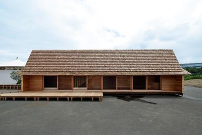 Airbnbと建築家の長谷川豪氏による「吉野杉の家」は交流のための縁側と、来訪者が泊まるための小屋裏だけで出来た「家」。奈良県吉野町の協力で実現し、会期後は吉野町に移築されてAirbnbに登録される