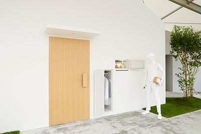 ヤマトホールディングスとプロダクトデザイナーの柴田文江氏による「冷蔵庫が外から開く家」のコンセプトは2015年のシンポジウムの中から生まれた