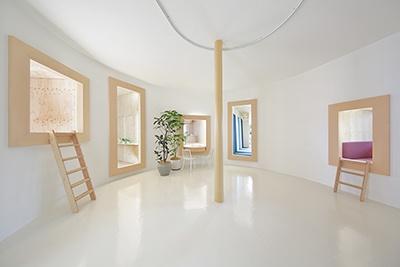 TOTOとYKK APが、建築家の五十嵐淳氏、家具デザイナーの藤森泰司氏とともに作った「内と外の間/家具と部屋の間」。放射状に配置された「窓」の中に、内でも外でもない不思議な空間が生まれる