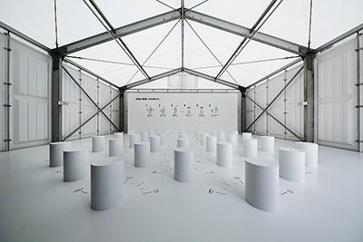 CCC(カルチュア・コンビニエンス・クラブ)と日本デザインセンター 原デザイン研究所(展示デザイン)、中島信也(映像制作)による「電波の屋根を持つ家」。遠く離れた家族同士が同時に会話できれば、そのバーチャルな場が家になる、という考え方は家の存在そのものからも自由だ