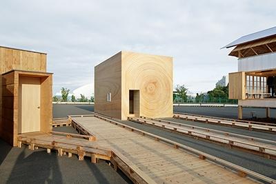 中央は凸版印刷と日本デザインセンター原デザイン研究所による「木目の家」。印刷とフィルム、センサーの技術を使った生活提案
