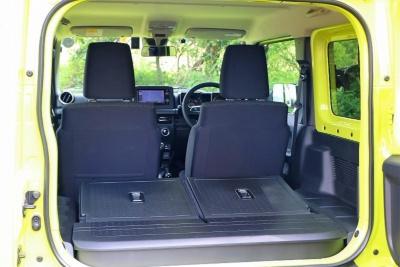 キャビンは定員が4人で小さなラゲッジスペースを備える。50:50の可倒式となる後席を折りたたむと352Lのラゲッジスペースに