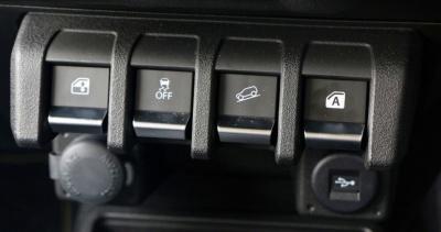 急な下り坂などでも自動制御ブレーキで低速走行できる新機能、「ヒルディセントコントロール」(右から2つ目)