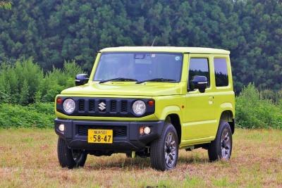 軽自動車のジムニーのデザインはスリム。黄色などポップなカラーはイマドキ感がある、シエラとボディは共通なので、車内の広さは同じ